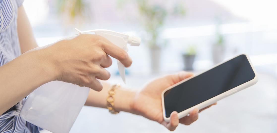 スマートフォンは不衛生って本当?細菌やウイルスが繁殖しやすいと言われる理由とおすすめの除菌方法とは